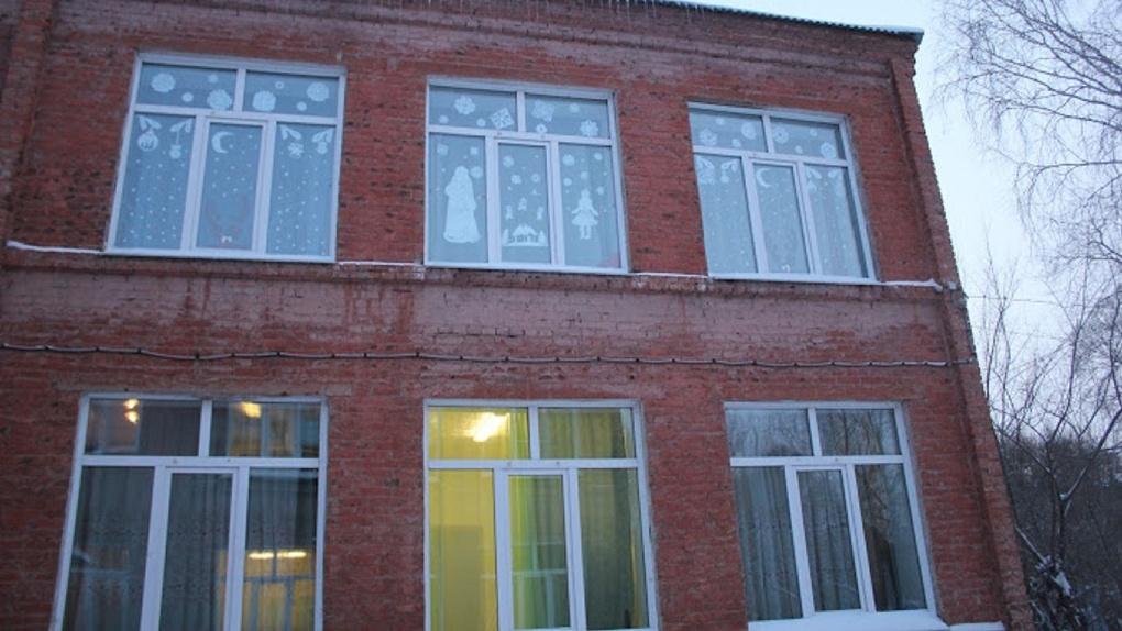 Воспитанники омского интерната живут в здании с опасной трещиной в стене
