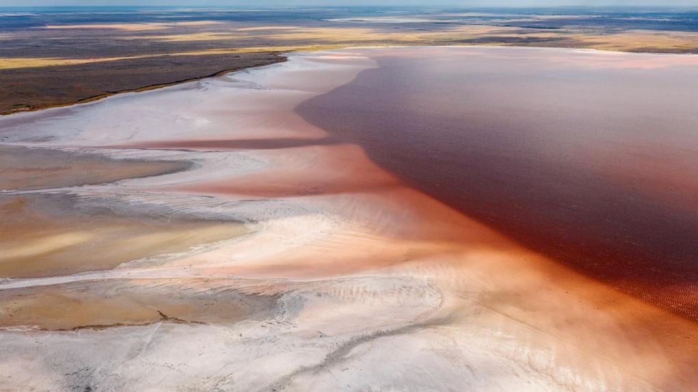 Как на Марсе: новосибирский фотограф запечатлел яркие кадры розового озера