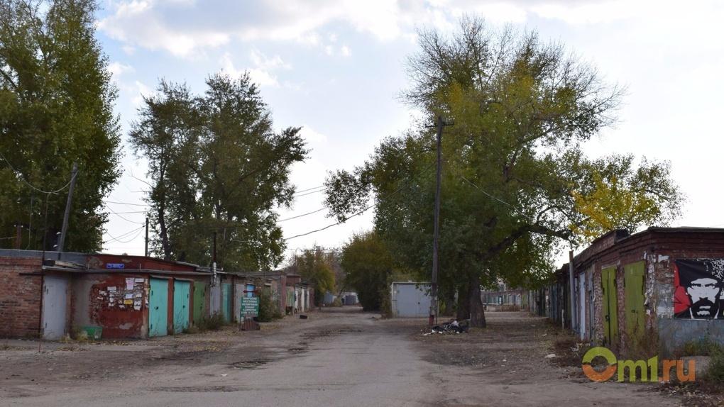 В Омске пенсионеров заставили снести самовольно установленные гаражи