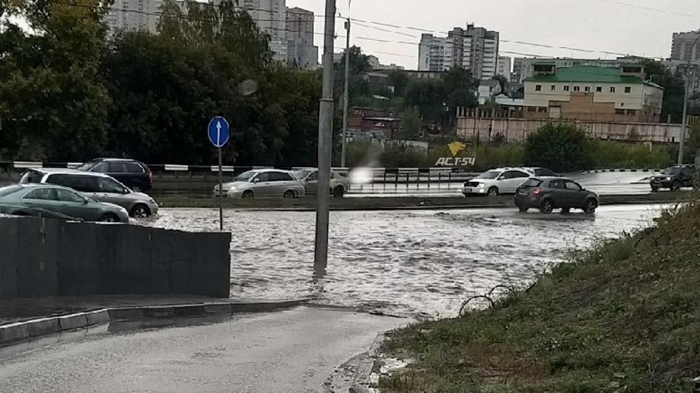 В Новосибирске потоп: машины глохнут, люди не могут перейти дорогу