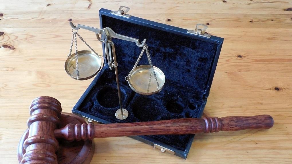 Новосибирского судебного пристава лишили должности и дали условный срок за взятку