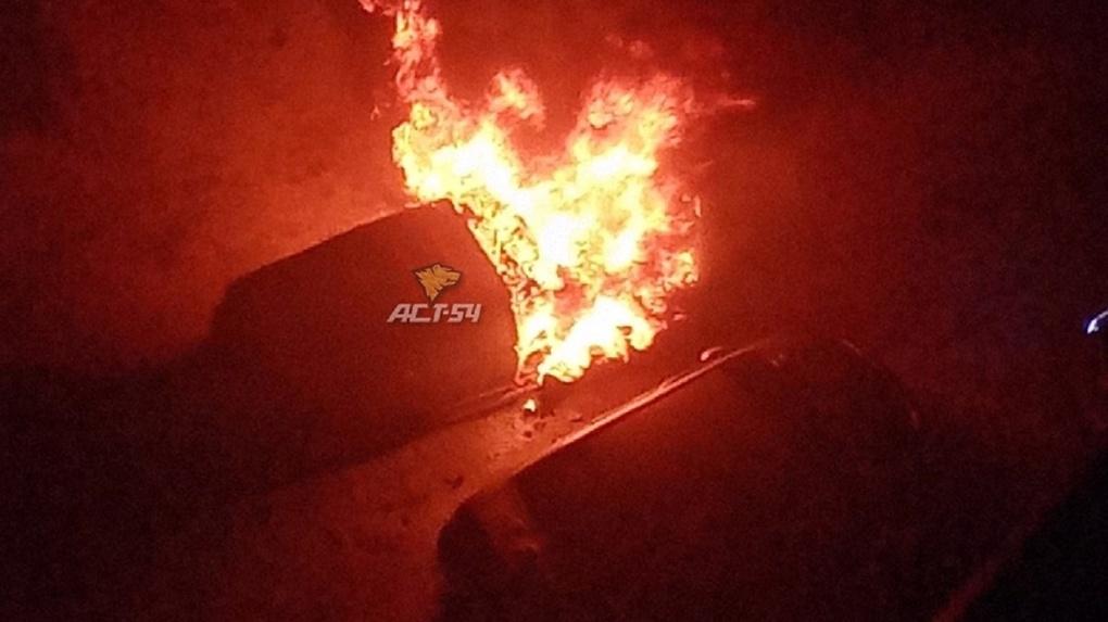 На видео попала операция спасения мужчины из горящего автомобиля в Новосибирске