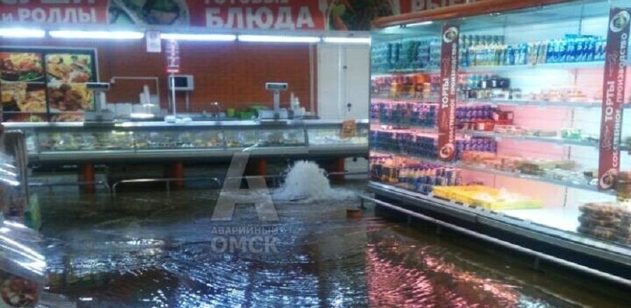 Из-за мощного ливня в Омске под воду ушли гипермаркеты