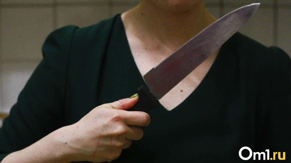 Изрезала ножом и вогнала вилку в шею: жительница Новосибирской области жестоко убила сожителя
