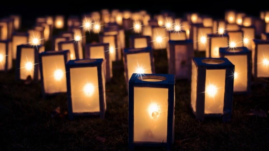 Омичи зажгли фонари у окон в честь Дня Победы