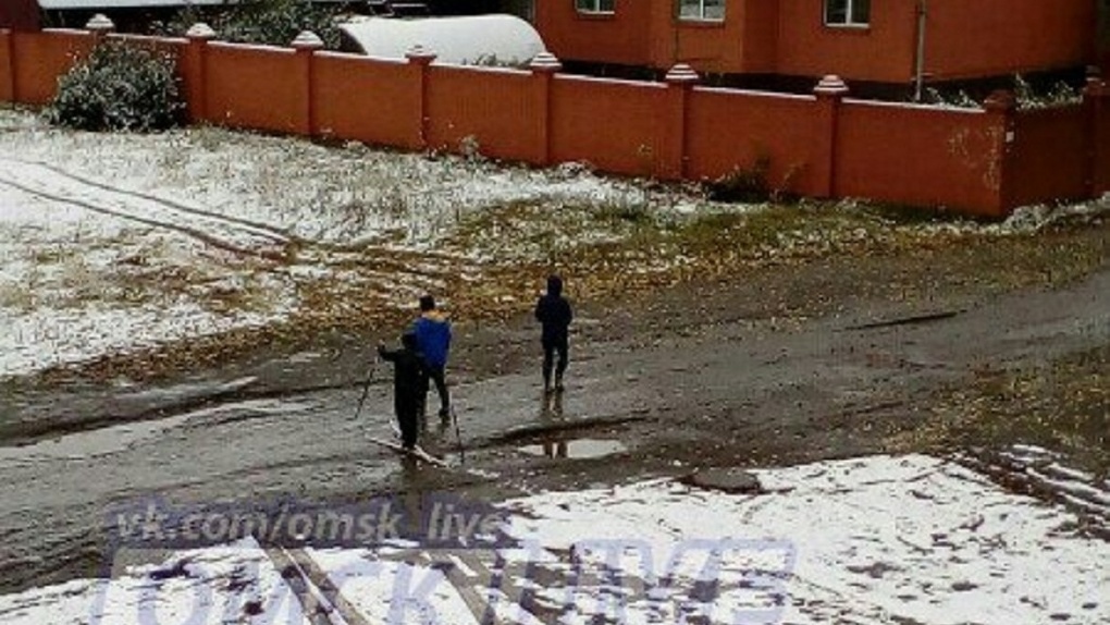 На улицах Омска уже открыли лыжный сезон