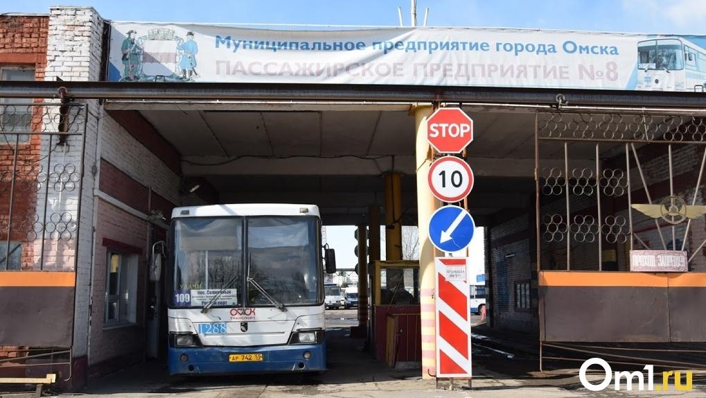 В Омске отменили автобусы к кладбищам – почтить память родственников придется в другое время