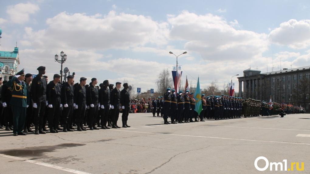 Перед репетицией парада Победы в центре Омска продезинфицировали асфальт