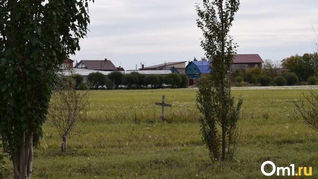Тело засыпают хлоркой, а рядом с гробом дежурит полиция: как в Омске хоронят умерших от коронавируса