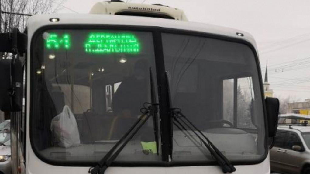 В Омске автобус врезался в «легковушку». Пострадал ребёнок