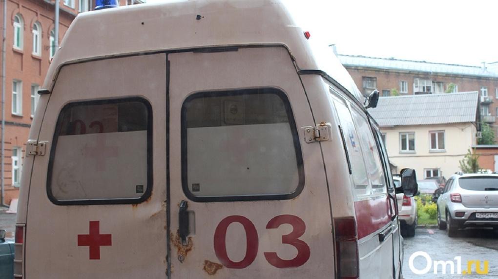 Ждут по пять — семь часов: у новосибирской больницы выстроилась очередь из машин скорой помощи