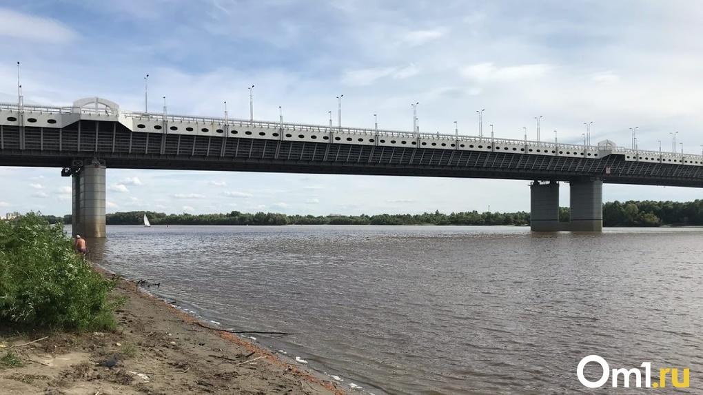Омичи заметили тело мужчины на Иртышской набережной