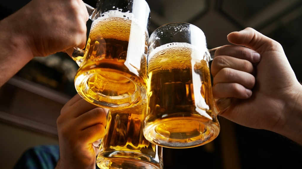 Омич пытался через окно бара вытащить 20 литров пива