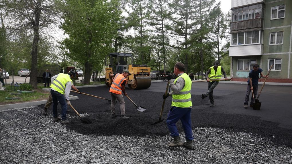 Асфальтированные дороги и новые клумбы: в Новосибирске благоустроят 103 двора