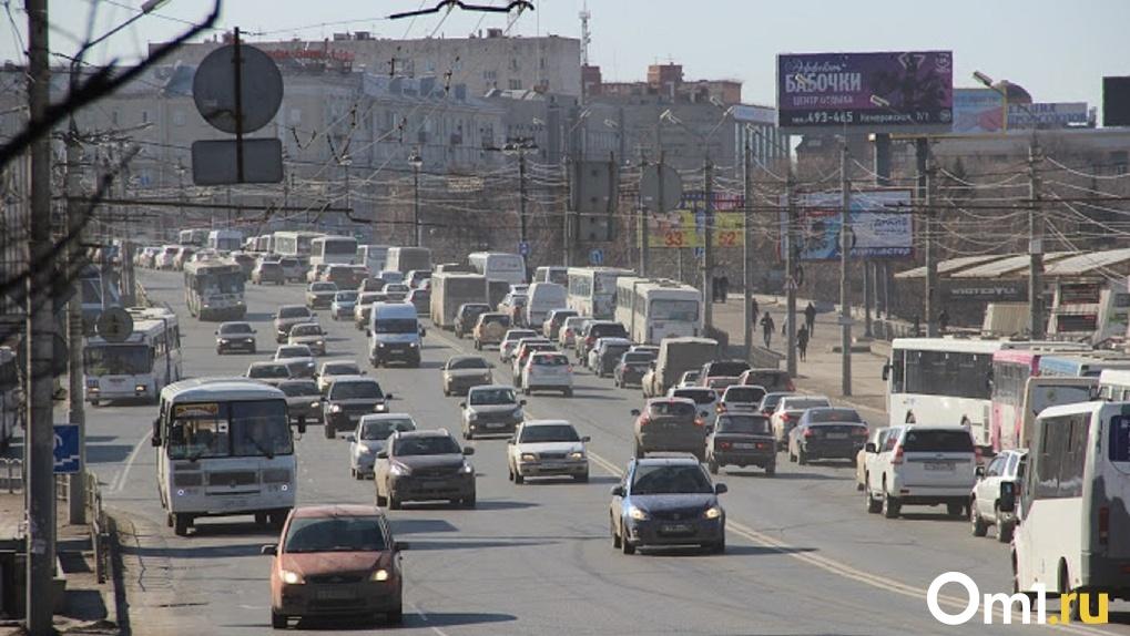«Хоть на головах стой». Омские школьники не могут уехать домой из-за отмены 411-й маршрутки
