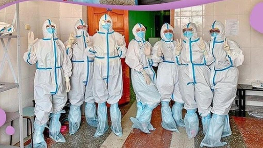 «И в костюмах нас различают». Омские медсёстры рассказали о работе в «красной зоне»