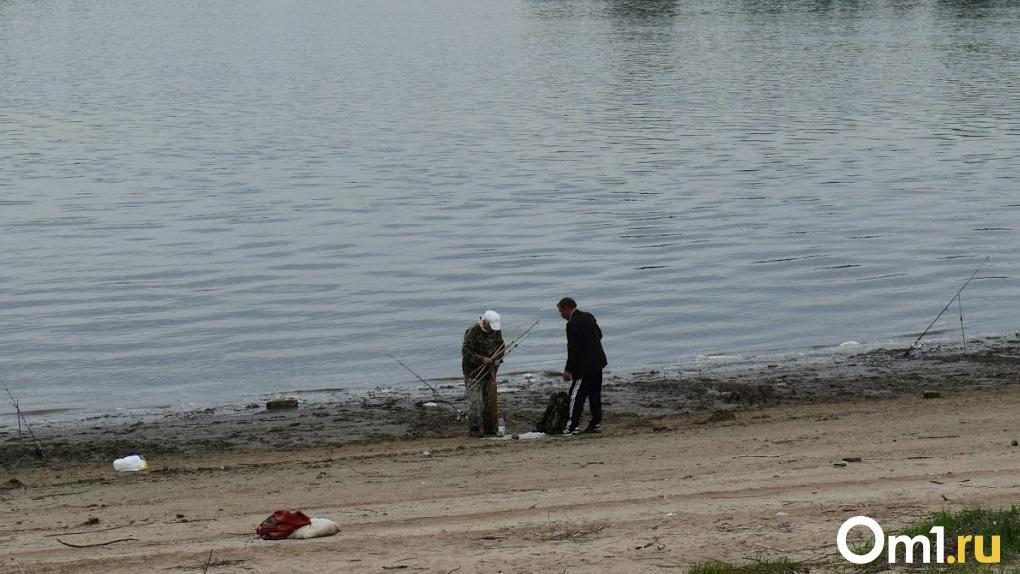 Рыбачил на судака, а поймал ЭТО. Омич показал необычный улов