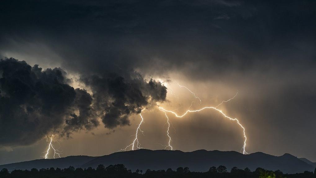 «Деревья падают, крыши срывает»: новосибирцам напомнили о шторме