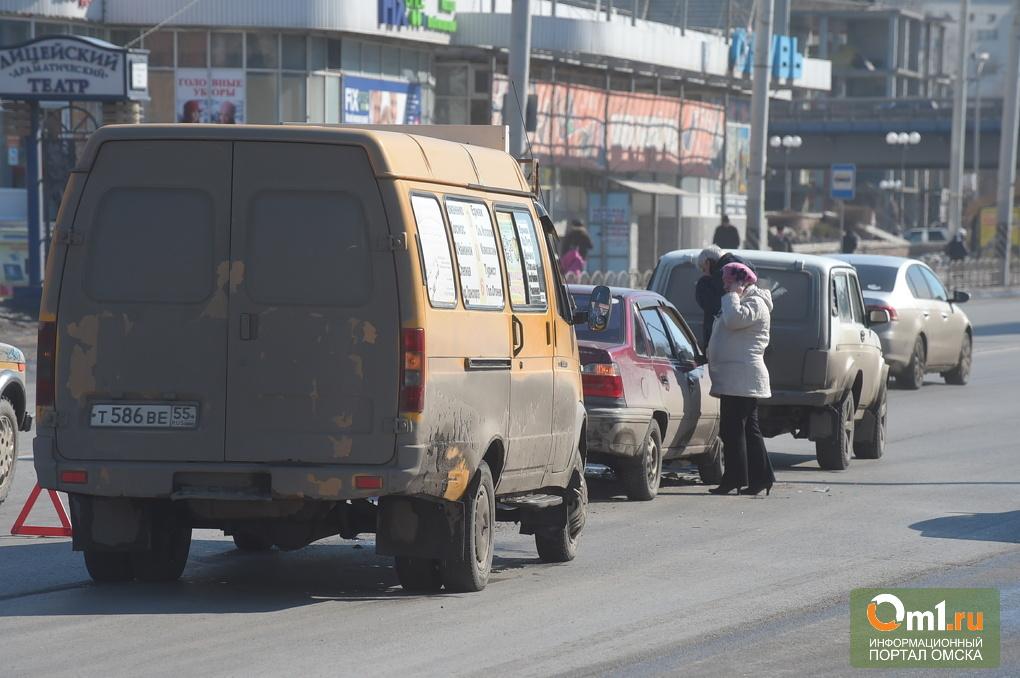 Напротив «Эгоиста» в Омске произошло тройное ДТП с маршруткой (фото)