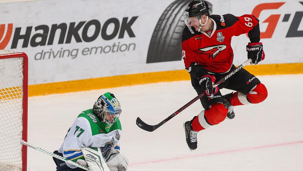 Хоккеист «Авангарда» Шумаков вернулся к тренировкам после ужасного удара в голову