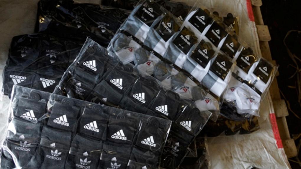 На омской таможне задержали 307 тысяч носков и бейсболок