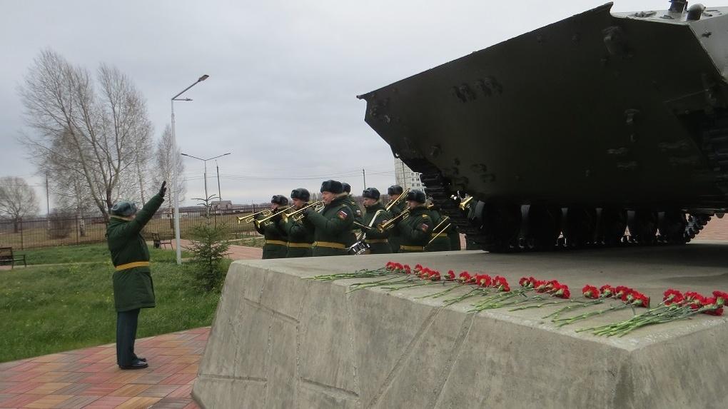 «Куда катится мир!»: подростки под Новосибирском устроили прыжки на памятнике Победы