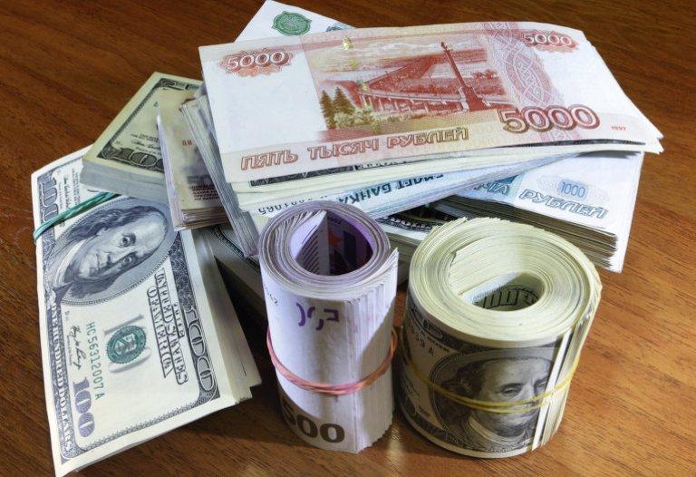 Курс валют: на открытии торгов доллар снизился по отношению к рублю, а евро вырос
