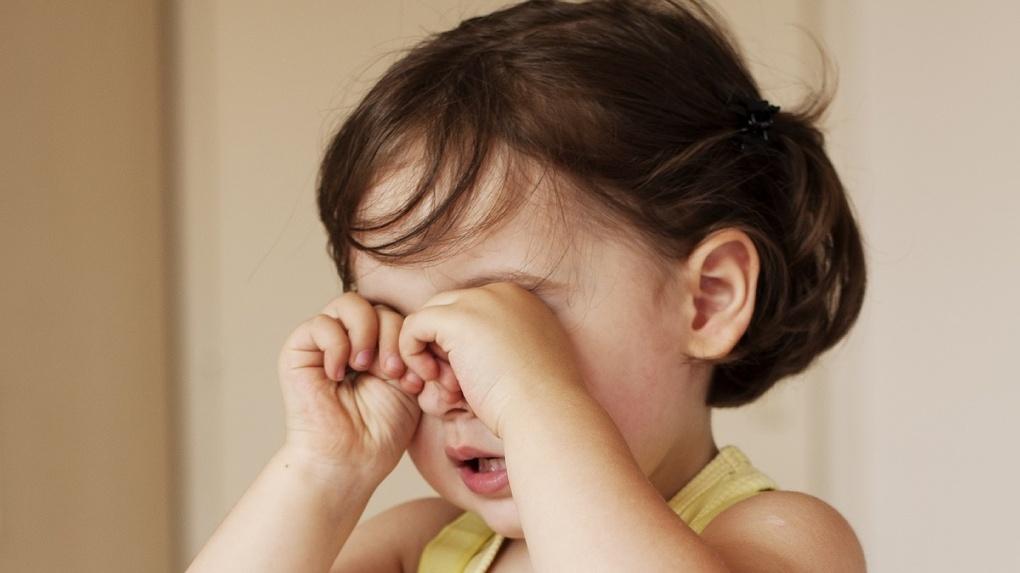 «Столько страха в глазах»: в центре Омске на улице нашли маленькую девочку