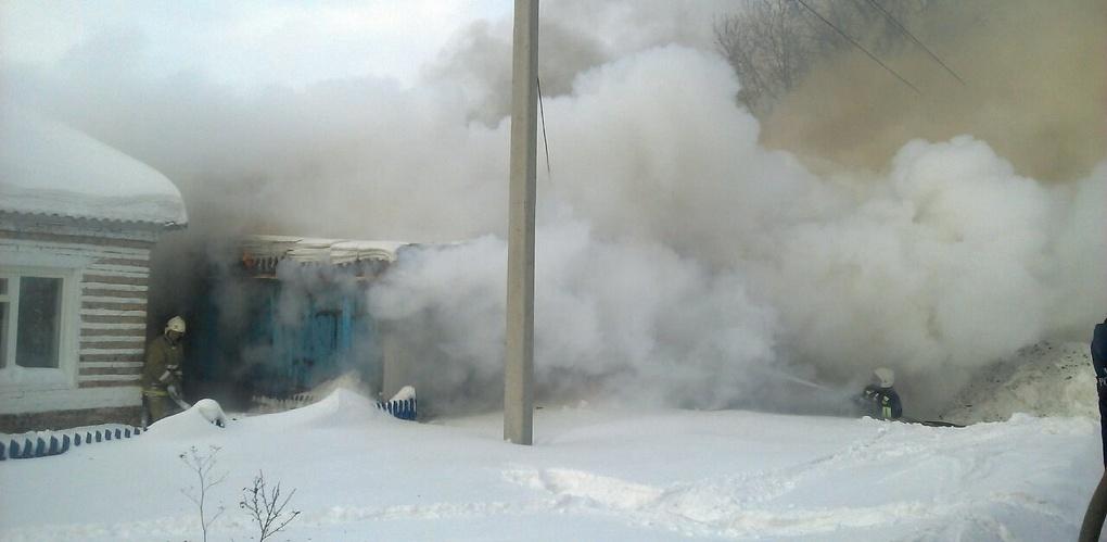 В Омской области сгорел дом с гаражом и двумя автомобилями