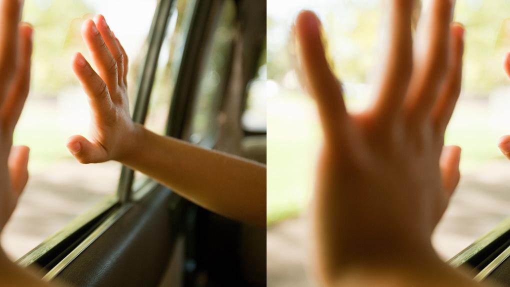 В Новосибирске двухлетнего мальчика заблокировало в машине