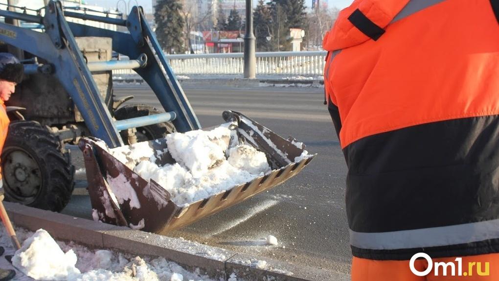 Омич пожаловался на плохую уборку дорог. Техника стоит на улицах города