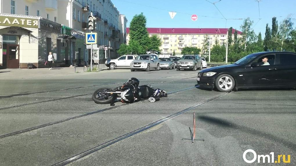 В Омске разбился мотоциклист, пытаясь уйти от столкновения с ЗИЛом. (Фото)