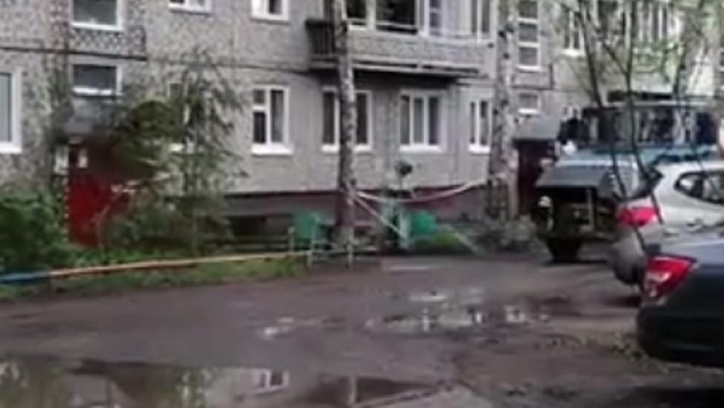 В Омске заблокировали целый подъезд из-за подозрения на коронавирус (ВИДЕО)