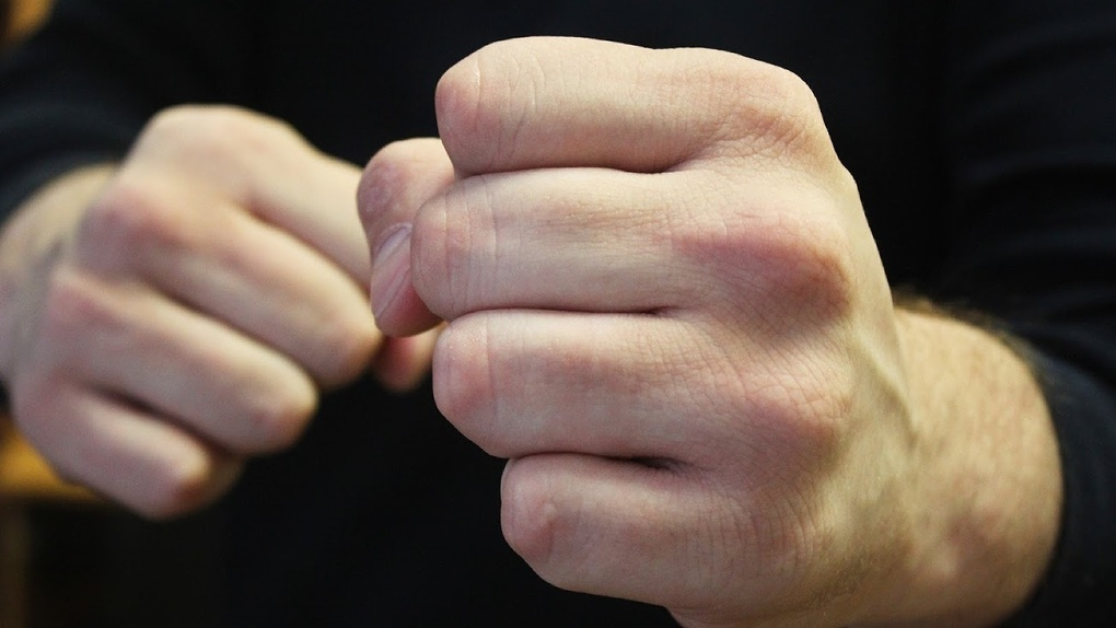 Ударил по голове и сломал ребро: новосибирец жестоко избил жену во время ссоры