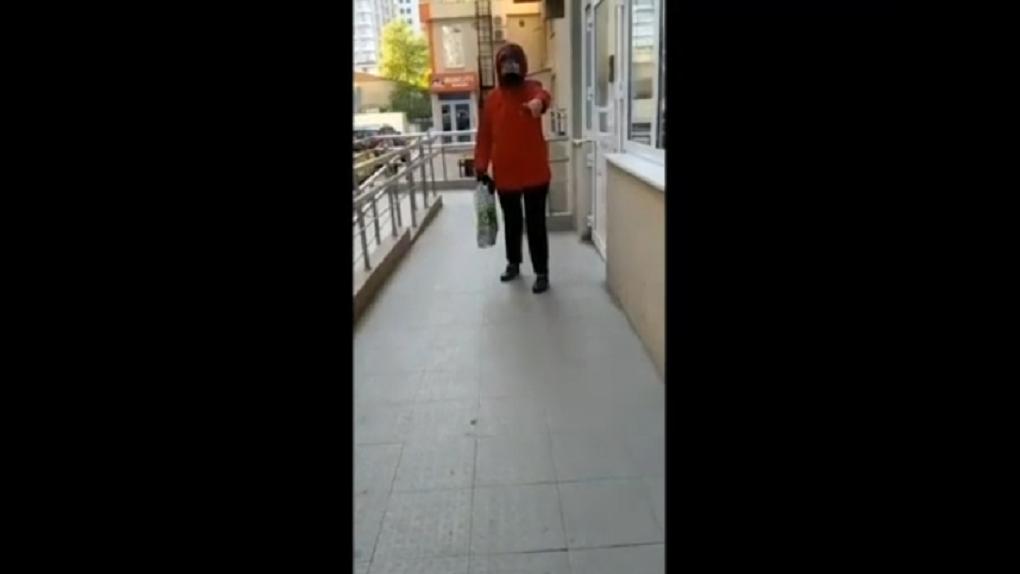 «Вон! У нас масочный режим»: в Новосибирске агрессивная пенсионерка не пускала в подъезд женщину с детьми