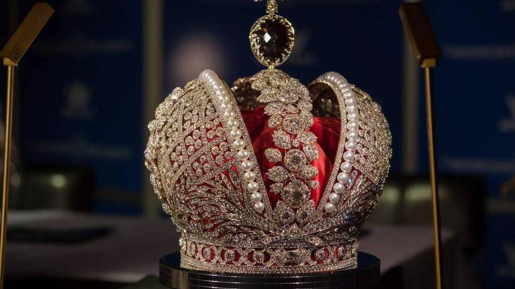 Путину подарили в Омске миниатюру Коненко с русскими царями
