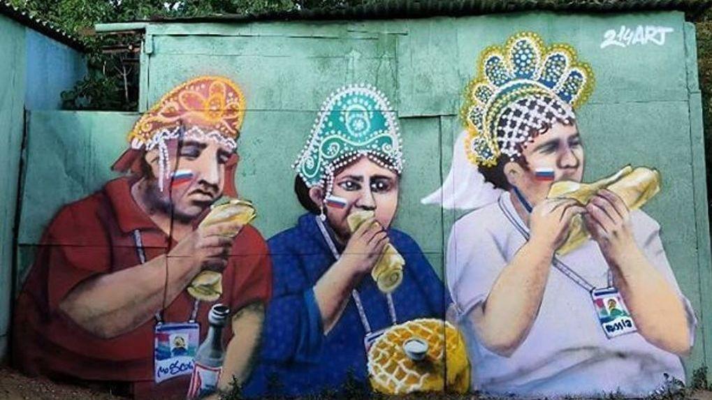 Омский художник увековечил жующих футбольных болельщиков в кокошниках