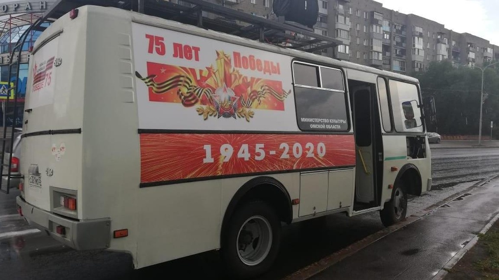 По улицам Омска вновь ездила машина с патриотическими песнями