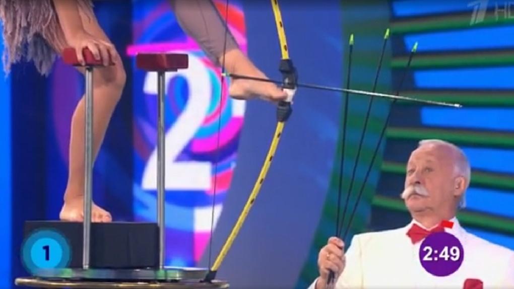 В программе Якубовича выступили микроминиатюрист Коненко и омская акробатка, стреляющая из лука ногами