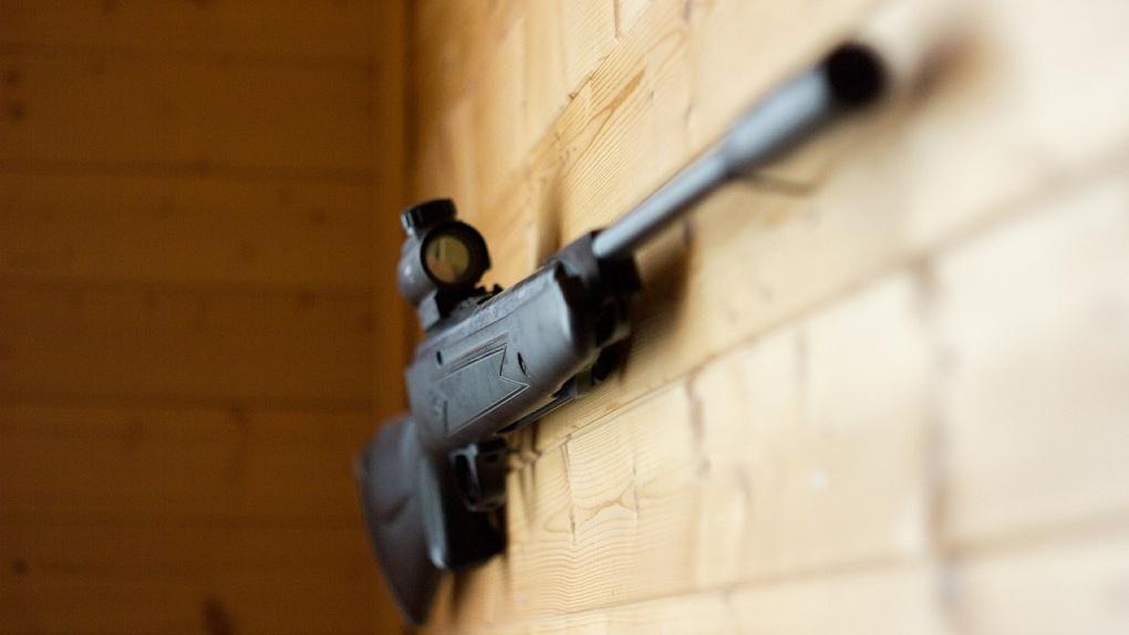Молодой нижегородец устроил стрельбу по прохожим и родной бабушке. Трое человек погибли