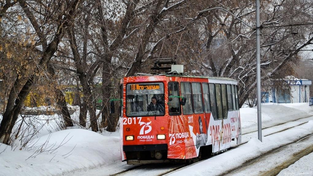 В Новосибирске запустили первый трамвай, украшенный к 75-летию Победы