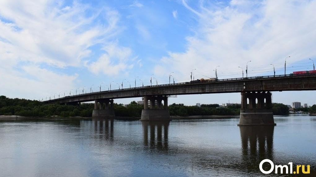 После жалобы водителя чиновники исправили дефекты на Ленинградском мосту в Омске