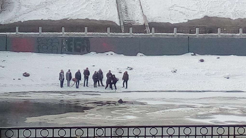 Умер омич, который утром упал в Омку с Комсомольского моста