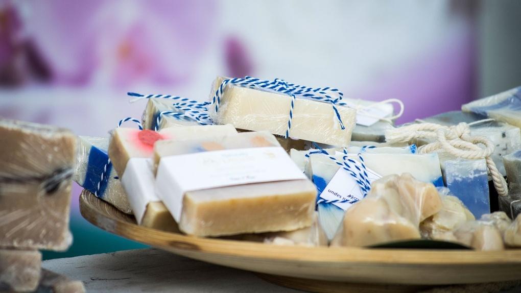 В одном из центральных супермаркетов Омска продают сыр, покрытый черной плесенью
