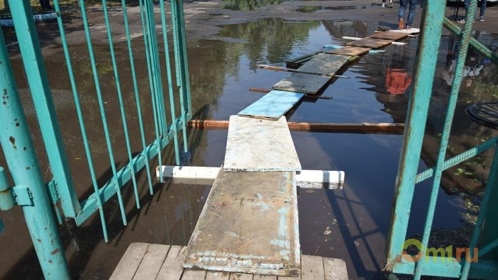 На улицах Омска дорожники продолжают откачивать воду после ливней