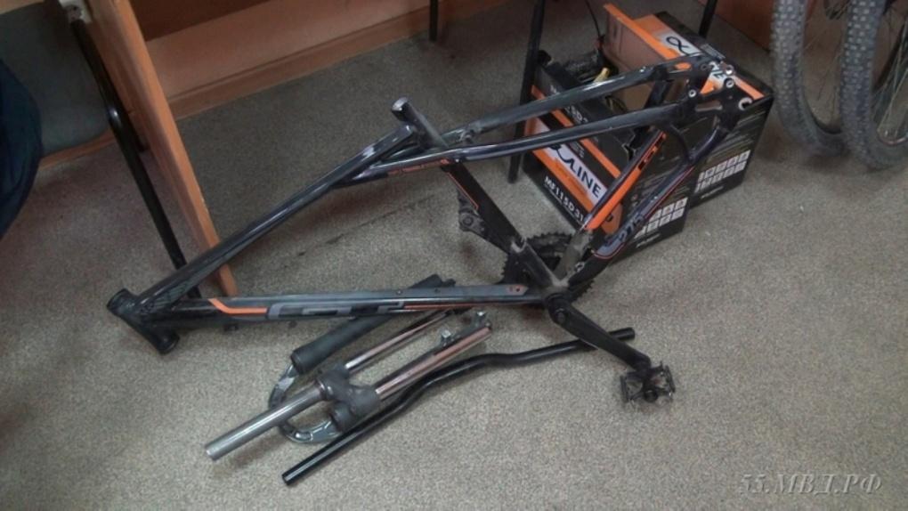 Полицейские вернули омичке остатки ее велосипеда