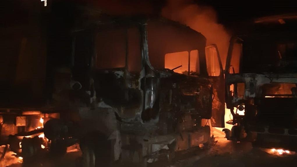 Восстановлению не подлежат: в Омской области за час сгорели девять грузовиков
