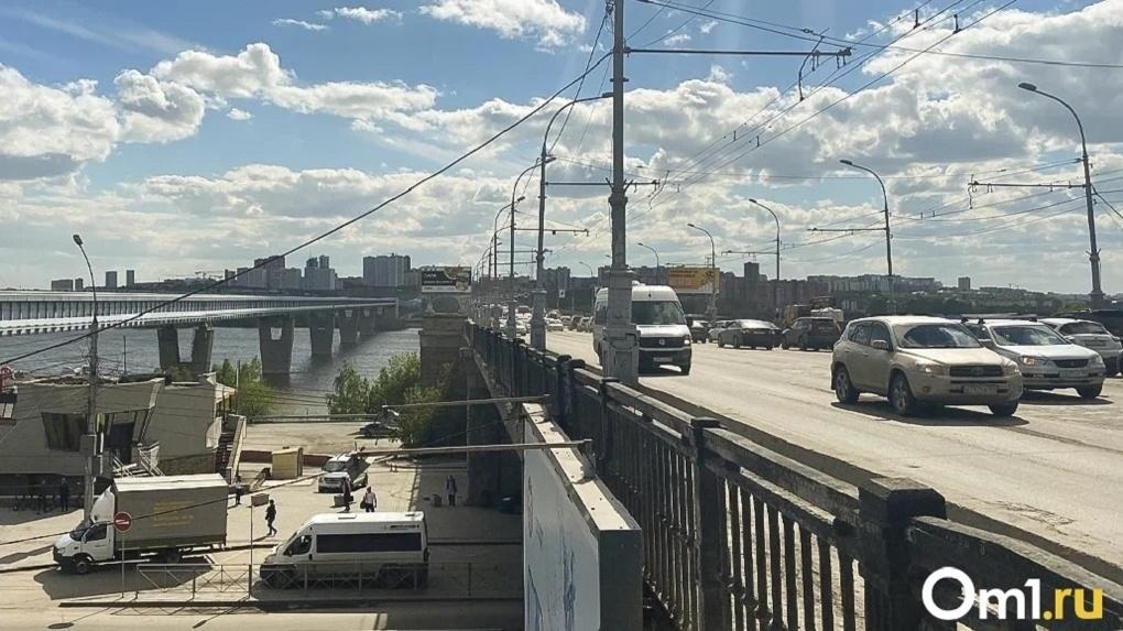 В Новосибирске на ремонт дорожного покрытия Октябрьского моста потратят 43,4 млн рублей