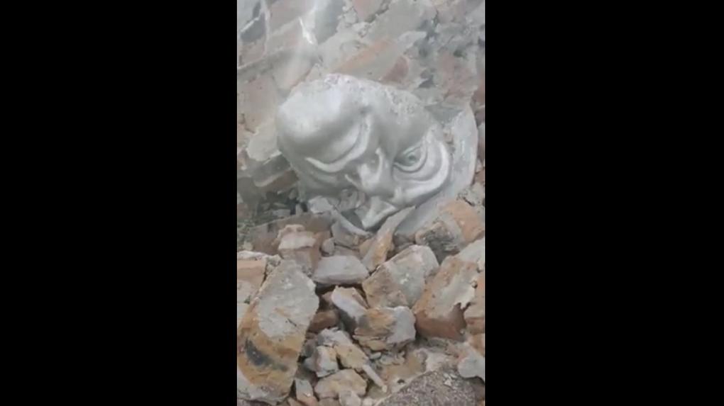 «Глаза и голова солдата валяются»: в Новосибирской области кощунственно разрушили мемориал воинам