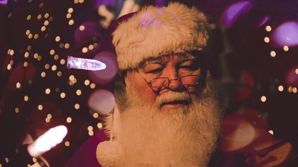 В ТЦ Новосибирска виртуальный Дед Мороз дарит подарки детям